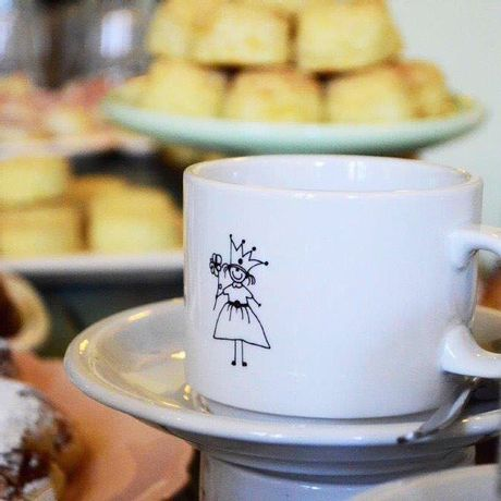 Taza desayuno de porcelana con plato Reina