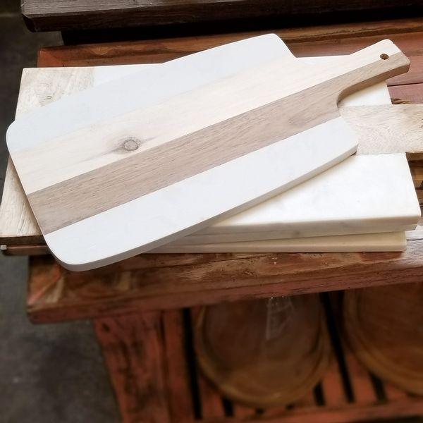Tabla de madera y mármol con asa